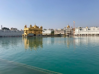 The Golden Temple in Amritsar is the first hindu (Sikh) temple we have seen. It was beautiful and walkning around the lake of Nectar was a very special experience. The elefant was just walking in front of our rickshaw in the middle of Amritsar!